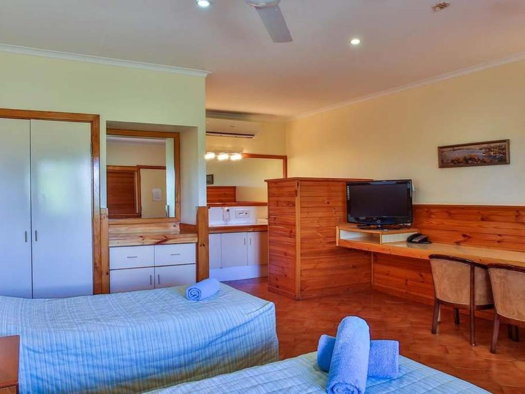 halls creek, accommodation, kimberley hotel